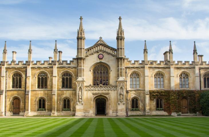 historic-college-building-in-cambridge-united-kingdom-picture-id611591082